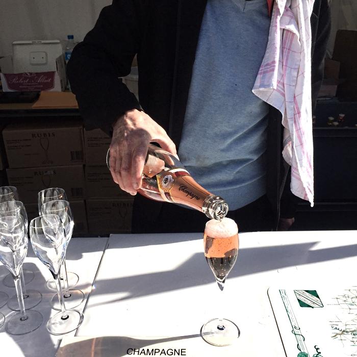 Tacinha custa entre 2 e 6 euros em feirinha em Montmatre, em Paris <3 (Foto: Instagram/@LadoBViagem)