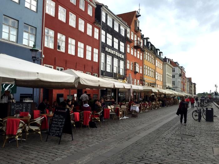 Nyhavn, em Copenhague, é o lugar ideal para o happy hour (Foto: Instagram @ladobviagem