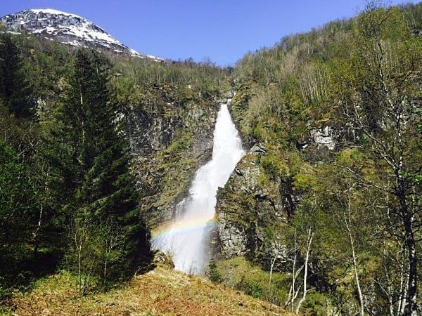 E essa cachoeira com arco-íris? Sorte, gente, não é Photoshop. Ao passar por Voss, o trecho é feito de ônibus pelas curvas sinuosas e incríveis da estrada Stalheimskleiva - foto Instagram @ladobviagem