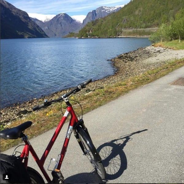 Passeio de bike em Flåm mostra picos e fiorde - foto Insta @ladobviagem