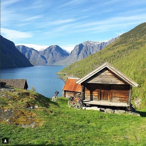 No Norway in a Nutshell, não deixe de passar uma noite em Flåm e fazer o passeio de bike nas montanhas (foto Instagram @ladobviagem )