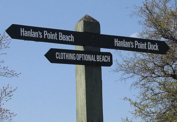 Placa mostra praia onde roupa é opcional (foto do google)