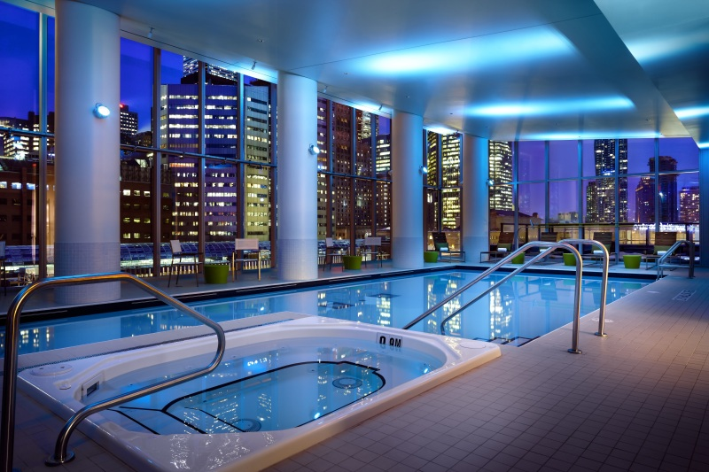 Da piscina interna do Delta é possível ter a vista urbana de Toronto, ainda mais linda com as luzes à noite (foto: Divulgação)