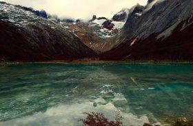 Trekking por bosque e montanha leva a lagoa esmeralda na Terra do Fogo