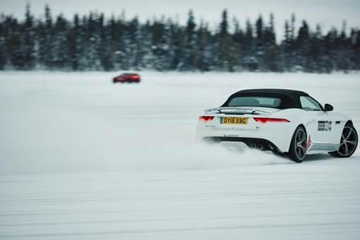Aprenda a dirigir no gelo com essa aventura no Ártico