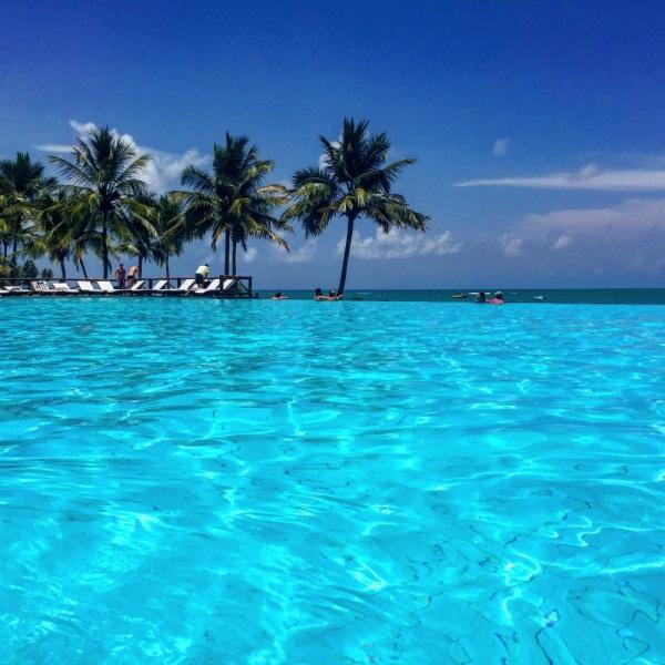 Piscina de borda infinita para o oceano é uma das vedetes do Tivoli na Bahia (foto Lado B Viagem)