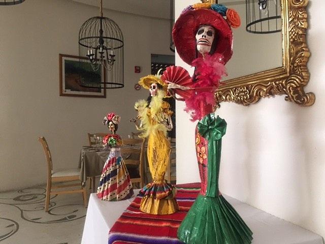 La catrina, a caveirinha mexicana, é encontrada em todo canto. Acima, ela está no restaurante do Hilton Puerto Vallarta Resort (foto Lado B viagem)