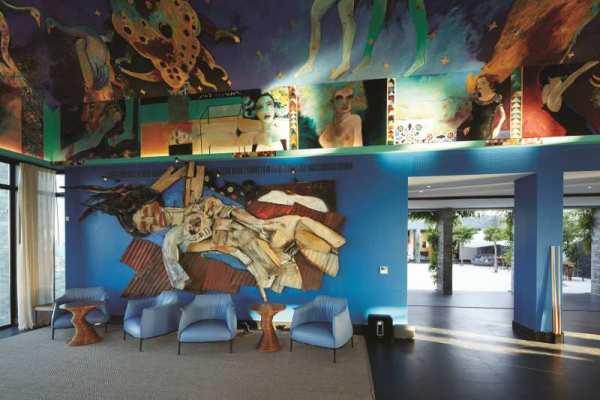 Bahia Vik, na beira da praia, é cercado por piscinas e tem a sala central decorada com arte da parede ao teto
