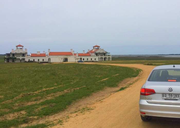 Road trip no Uruguai - do litoral ao campo de José Inacio. Acima, na área rural fica o Estancia Vik, que visitamos com carro alugado da Localiza