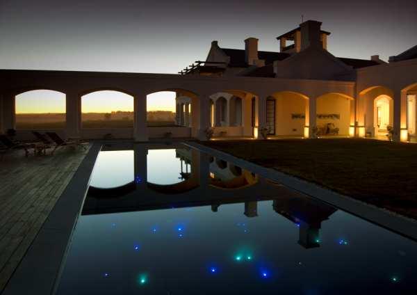 Estancia Vik, o hotel de campo do grupo, também tem piscina com iluminação que simula a constelação