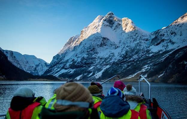 Navegue de bote pelas águas geladas do fiorde