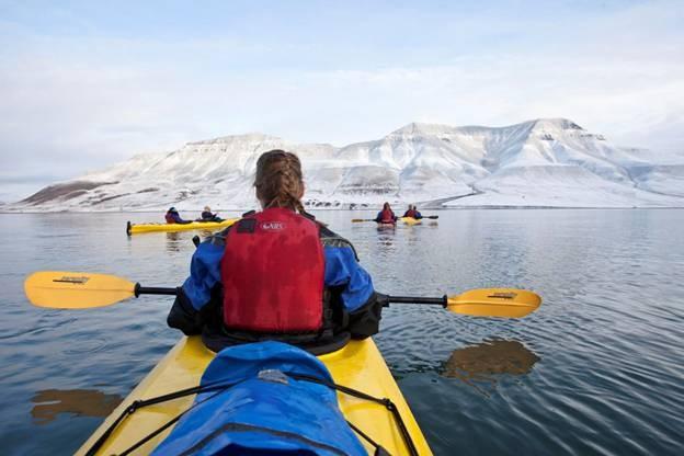 Caiaque nos fiordes belíssimos da Noruega em meio aos picos gelados