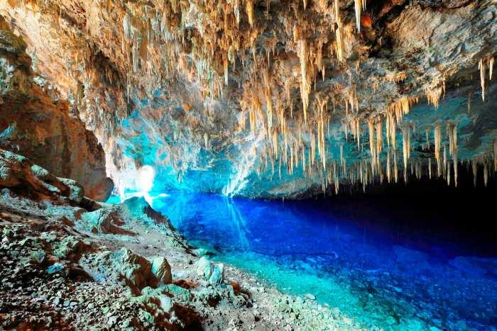 Gruta do Lago Azul fica em Bonito (MS)