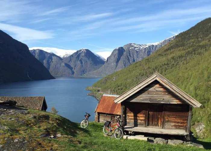 Passeio de bicicleta faz a a rota histórica de Rallarvegen, antiga estrada dos trabalhadores, e chega a Ottones, aldeia de 1.700, na Noruega