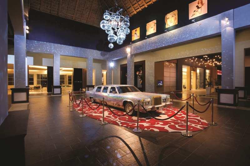 Relíquias do rock e do mundo pop estão espalhadas por todo canto. Neste lobby, a estrela é uma limosine original usada pela Madonna