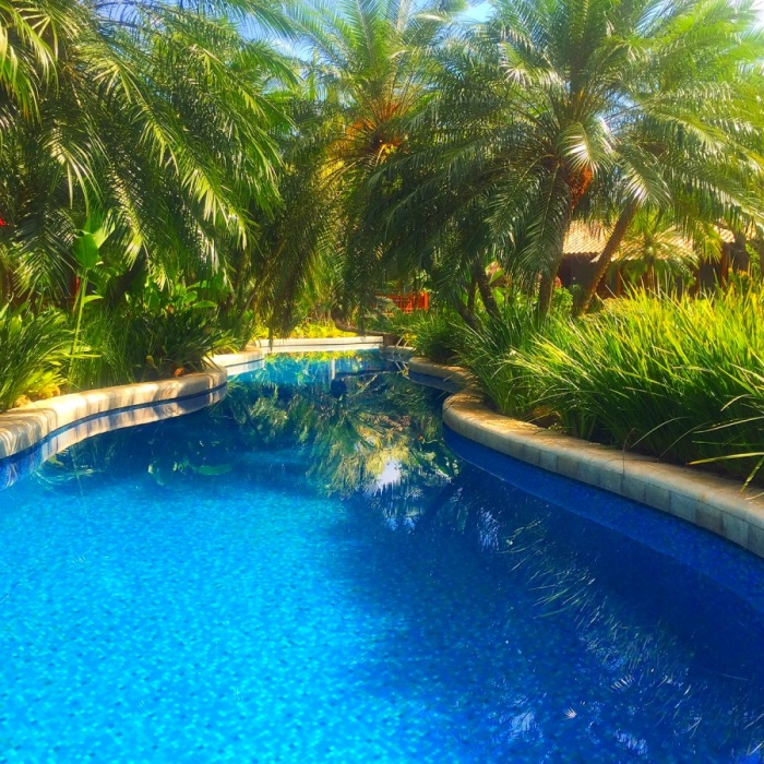 Rodeada pela mata nativa, piscina do Villa Bebek caminha como um rio