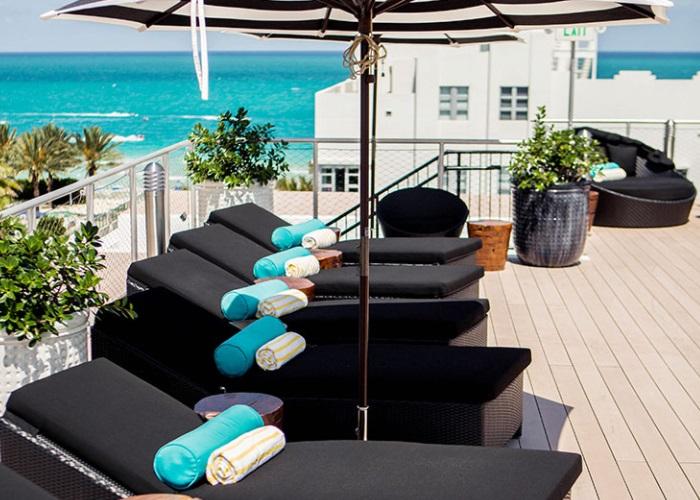 O hotel é do ladinho da praia, e do rooftop se vê o mar