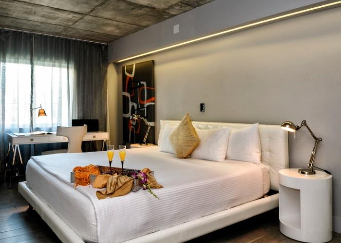 Por fora, o hotel é inteiro tatuado. Já nos quartos, decoração clean e cama gigante garantem seu sono