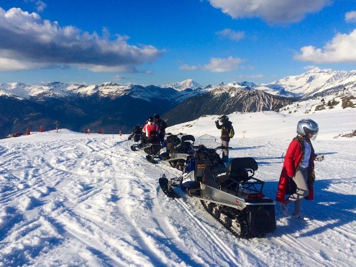 Parada estratégica para fotos no meio do passeio de snowmobile