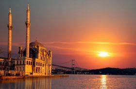 Navegação pelo Estreito de Bósforo é espetáculo a passageiros em trânsito por Istambul