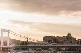 Navio faz roteiro por rios europeus com cabines para a família toda