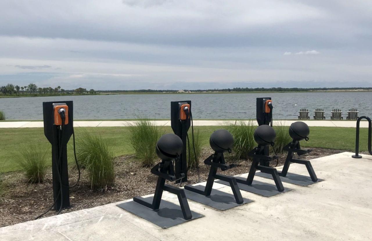 Pontos para recarregar carros elétricos em Babcock Ranch, na Flórida - Andrea Miramontes